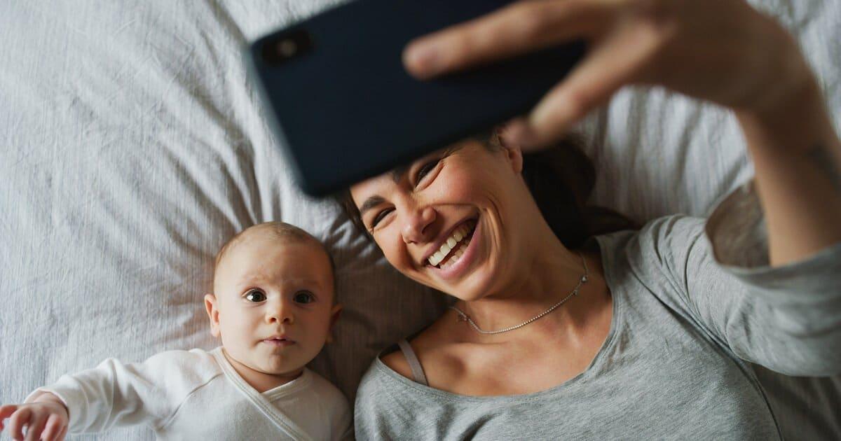 Email-Adresse für Baby anlegen. Mama macht Selfie mit Baby und schickt es.