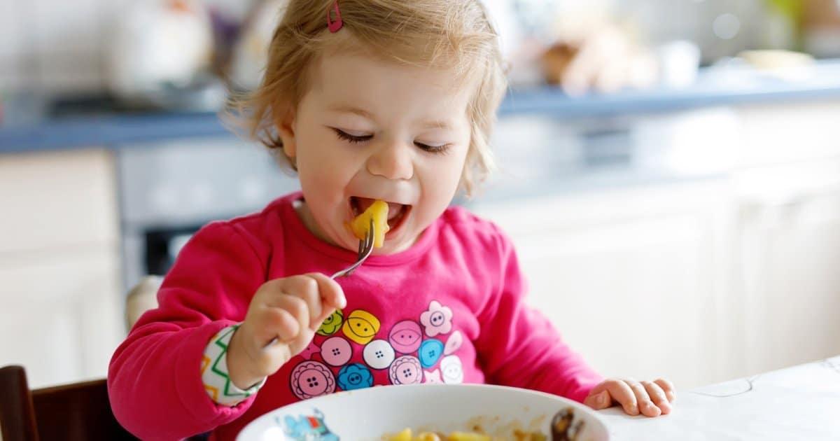 Kleinkind isst gesund