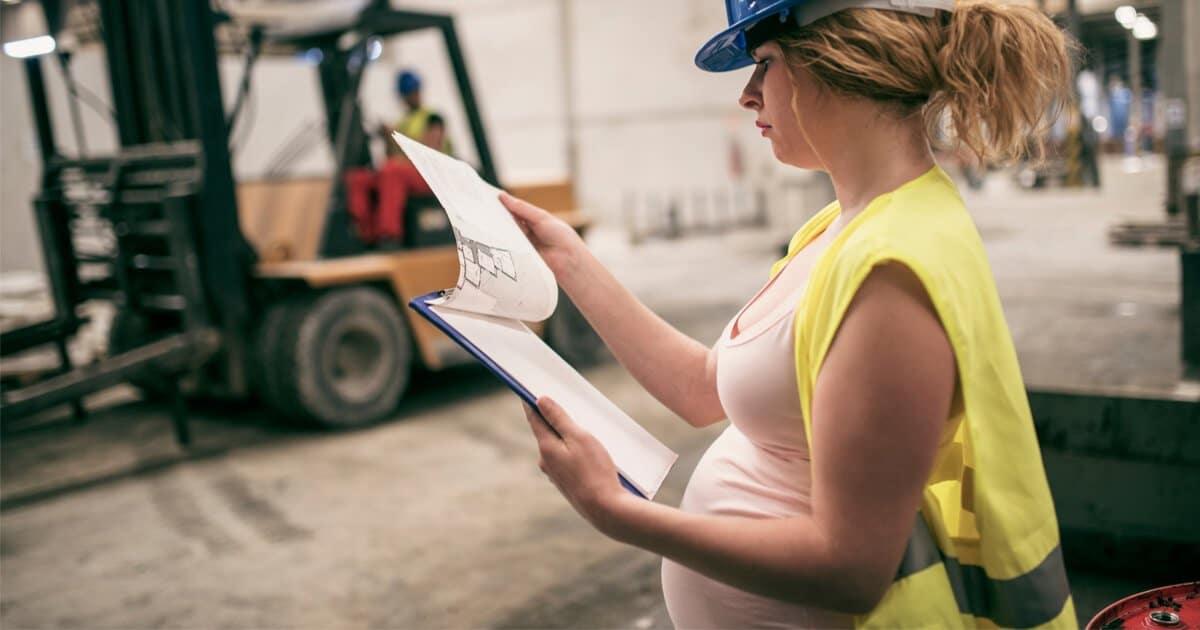 Schwangere Arbeiterin mit Dokumenten