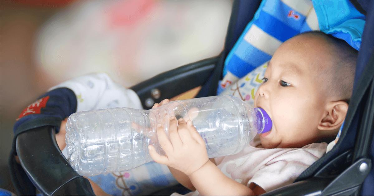 Baby lutscht Plastikflasche - Wie viel Mikroplastik geht in den Körper?