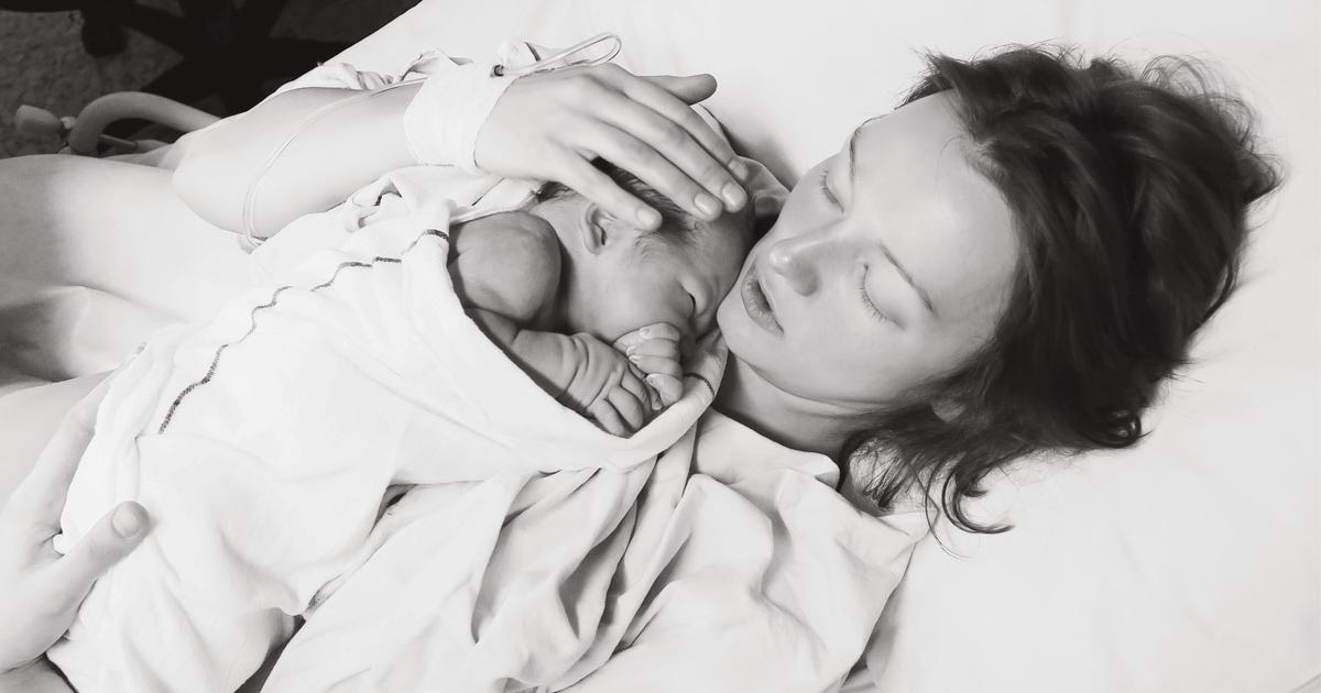 Mutter und Baby kurz nach Entbindung