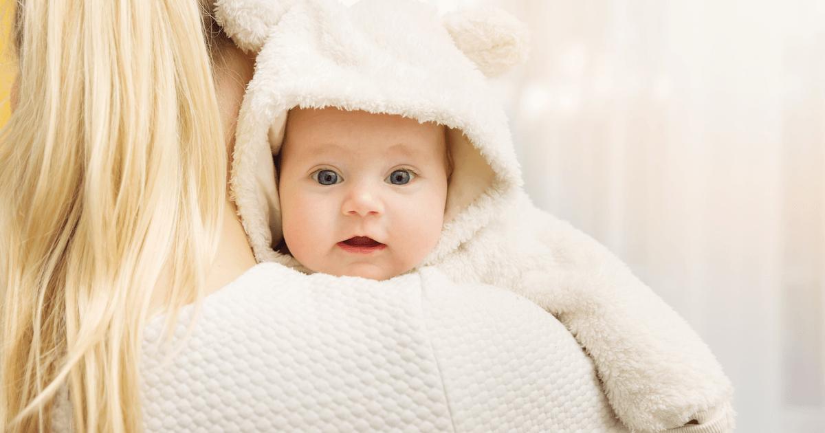 Zu viel, zu klein und unpraktisch: Erstlingseltern verschätzen sich oft beim Kleiderkauf. Gerade bei Winterbabys geht das ins Geld.