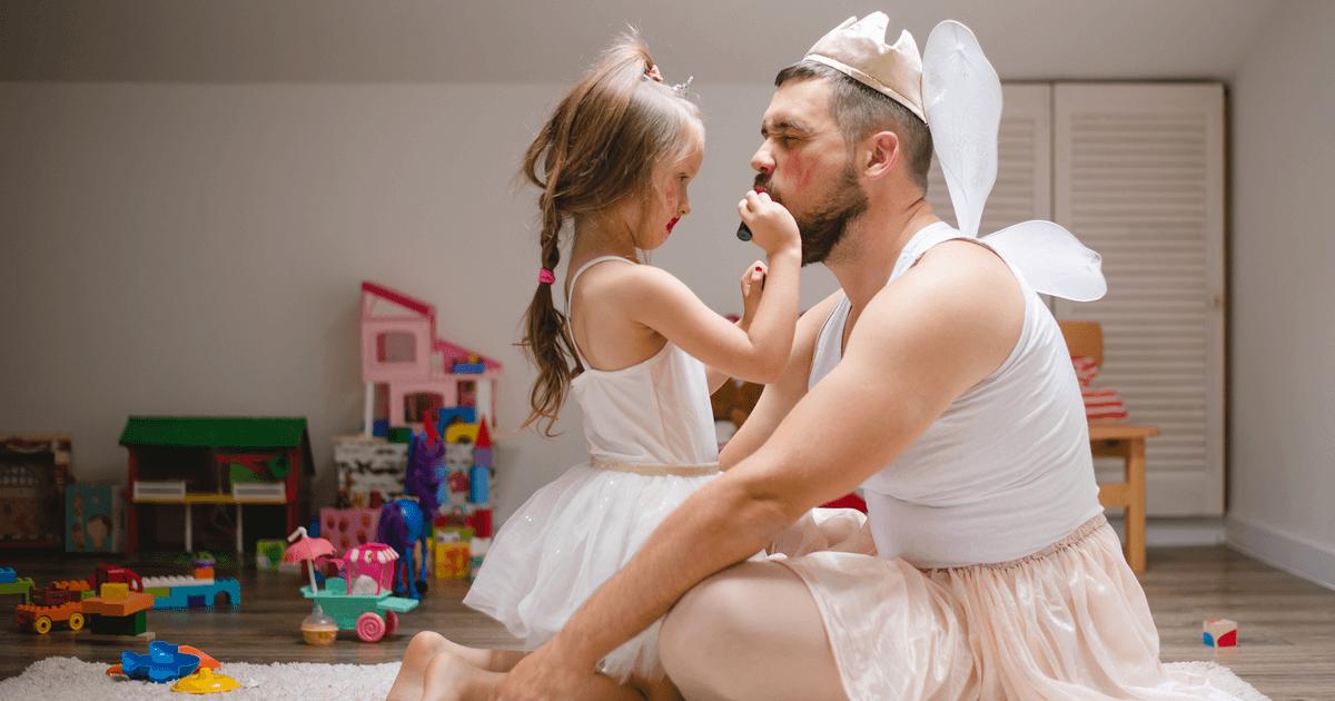 Alltag mit Kleinkind spielerisch meistern. Papa und Tochter verkleiden sich als Prinzessinnen.