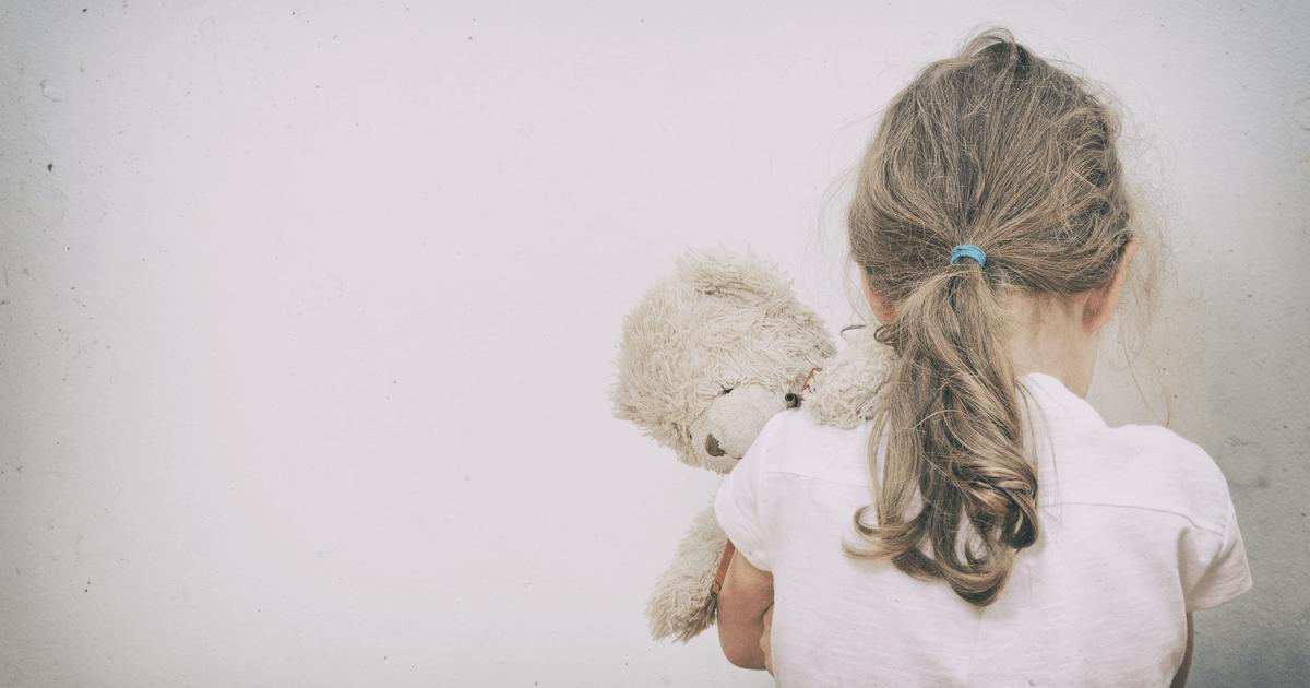 Beschämtes Kleinkind in der Ecke: Strafen schaden Kindern und behindern das Lernen