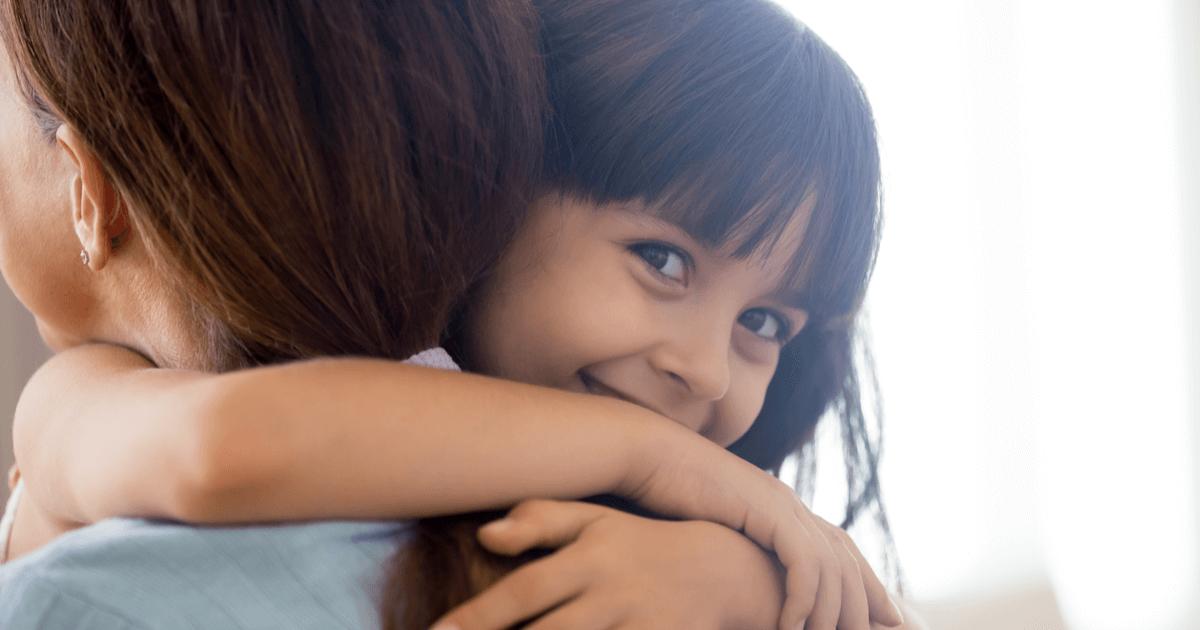 Kind umarmt glücklich seine Mutter - Arten Kindern seine Liebe zu zeigen