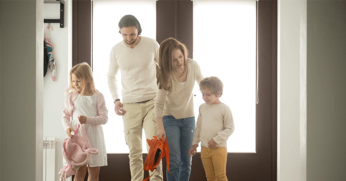 Vereinbarkeit Beruf und Familie: Familie kommt nach der Arbeit nach Hause