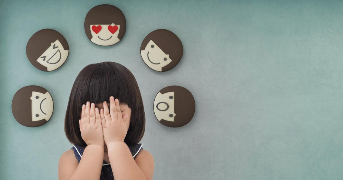 Fünf Urgefühle, Basis Gefühle: Mädchen hält sich die Augen zu