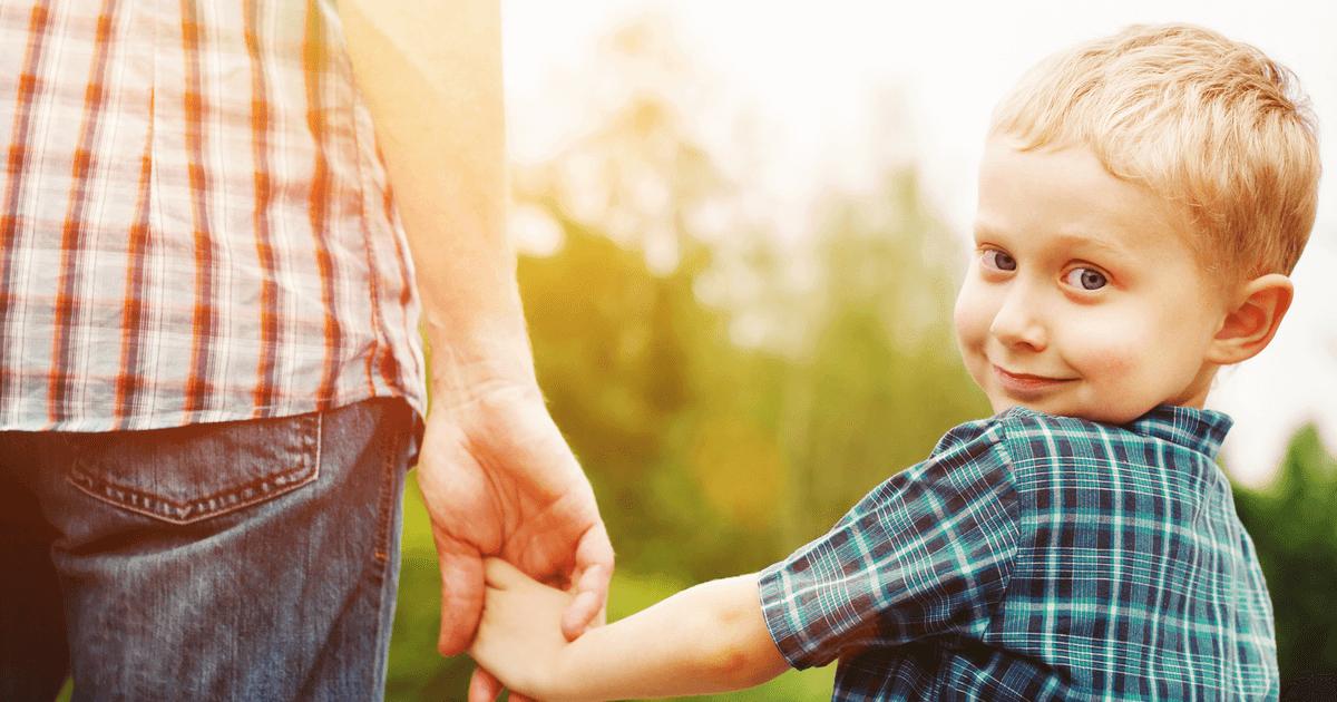 Kind schaut selbstbewusst in die Kamera: Selbstvertrauen geben Eltern ihren Kindern mit auf den Weg