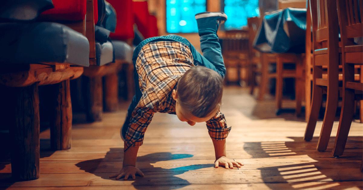 Kind turnt im Restaurant