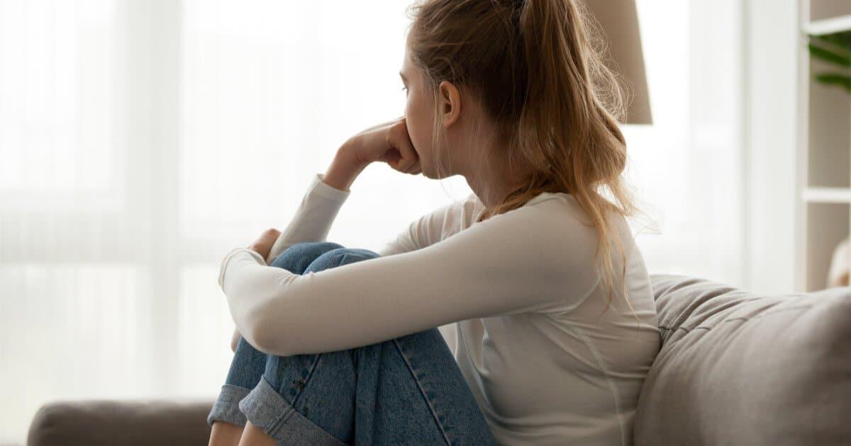Depression in der Schwangerschaft: Frau dreht den Kopf weg und schaut traurig in die Leere
