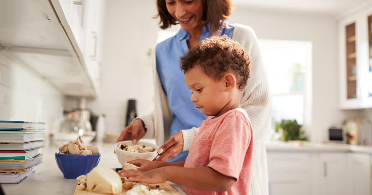 Kind bereitet Essen zu: Konzept Eigenständigkeit im Kind fördern