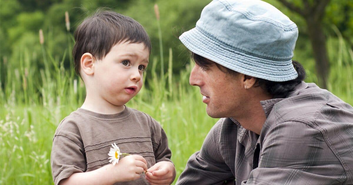 Gewaltfreie Kommunikation mit Kindern: Vater spricht ruhig mit seinem Sohn