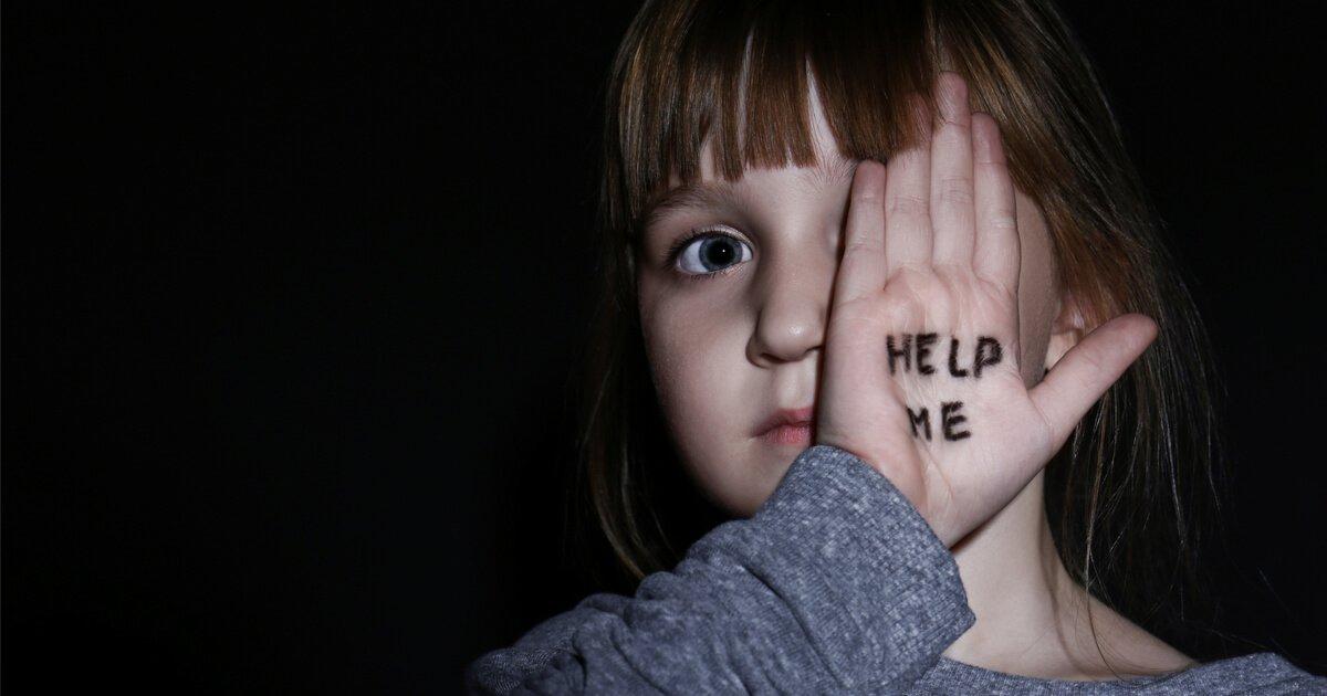 Kinder die vernachlässigt werden und unter emotionaler Gewalt leider, brauchen die Hilfe der Gesellschaft. Zeit Zivilcourage.