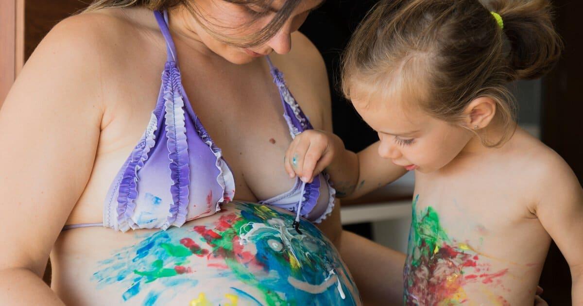 Babybauch bemalen: Tochter macht Bellypainting bei Mama