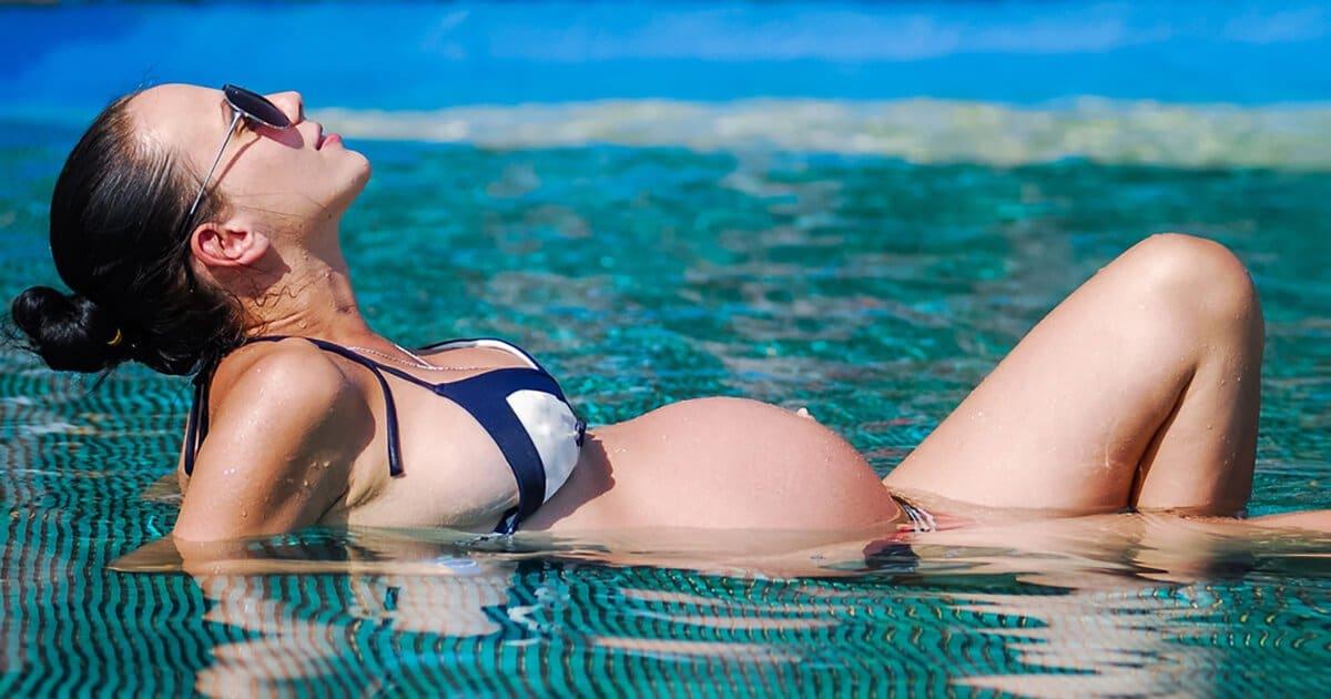 Sonnenbrand in der Schwangerschaft, Schwangere sonnt sich im Pool