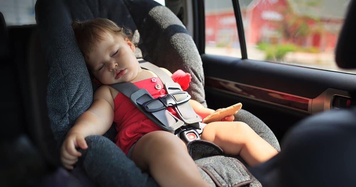 Schlafendes Kind im Auto