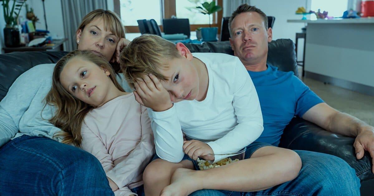 Genervte Familie auf der Couch