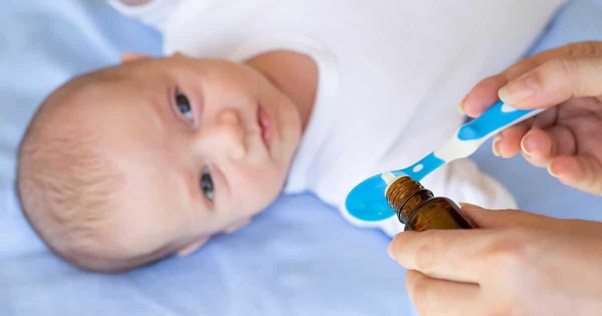 Ein Baby bekommt Vitamin-K-Tropfen auf einem Löffel