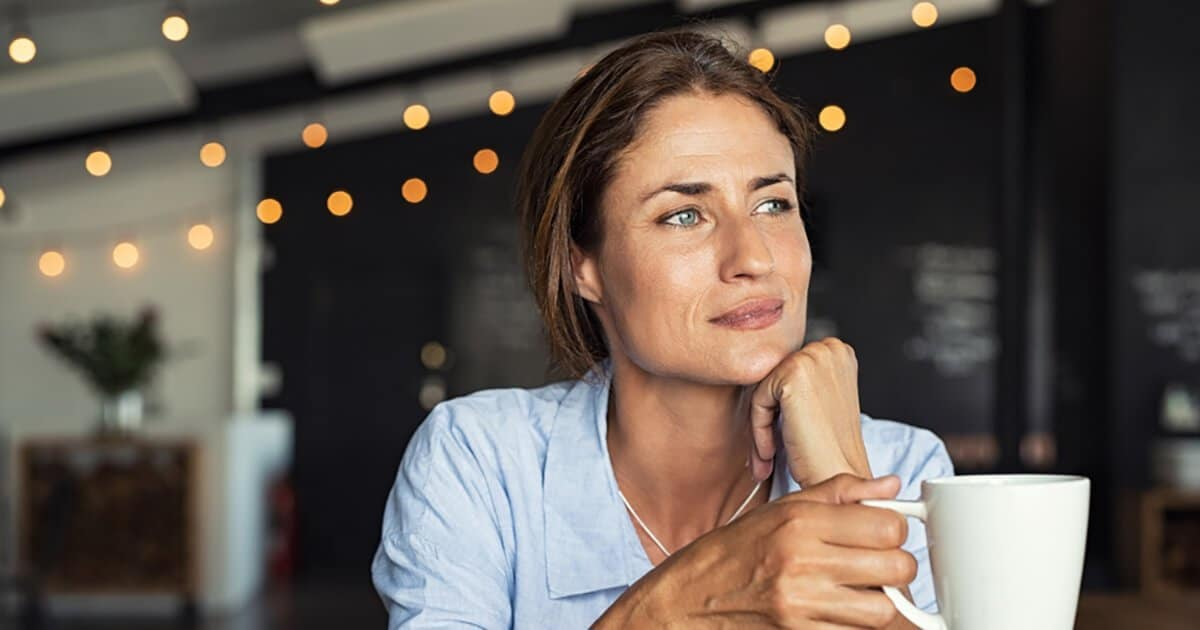 Nachdenkliche Frau sitzt im Café