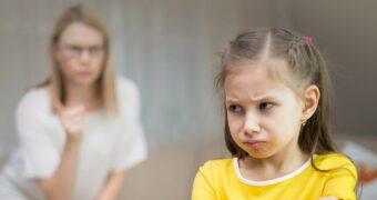 Autoritärer Erziehungsstil: Mutter schimpft mit Tochter und droht mit Zeigefinger