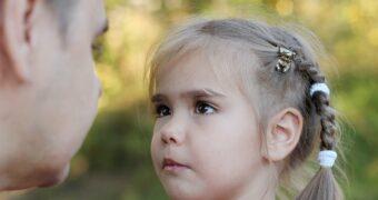 Autoritativer Erziehungsstil: Vater erklärt seiner Tochter, was er von ihr will und warum.
