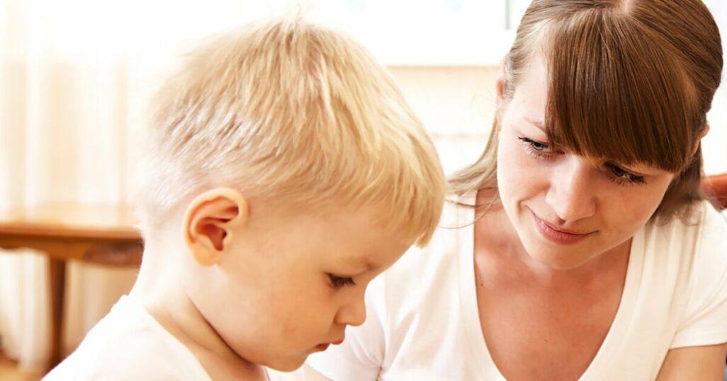 Mutter mit autoritativem Erziehungsstil